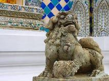 Khmer-angeredeter Steinlöwe Der Tempel Emerald Buddhas oder des Wat Phra Kaews, großartiger Palast, Bangkok Stockfoto