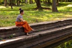 Khmer Azjatycka dziewczyna Antycznym basenem w Angkor Thom, Kambodża zdjęcie royalty free