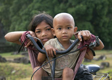 Khmer kinderen op een bycycle Royalty-vrije Stock Fotografie