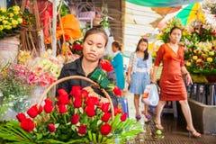 Khmer kwiaciarni kobieta robi piękno bukietowi czerwone róże na fo Obraz Stock