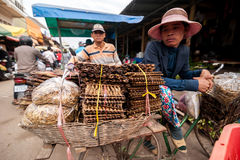 Khmer mensen die bij traditionele markt winkelen De stad in van Siem oogst, Kambodja Royalty-vrije Stock Fotografie