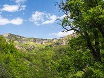 Khndzoresk svängande bro och gammal grottaby, Armenien 16 Arkivfoto