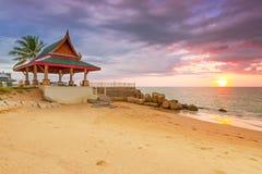 在海滩的惊人的日落酸值Kho Khao海岛 图库摄影