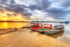 在酸值Kho Khao海岛港口的小船  免版税库存照片