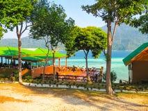 Kho Lipe, Satun Tajlandia, Luty, - 07, 2011: Ludzie odpoczywa przy Halnym kurortem, Koh Lipe, Satun, Tajlandia Zdjęcia Royalty Free