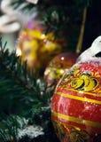 Khokhloma-Bälle auf einem Weihnachtsbaum in Russland Stockbild