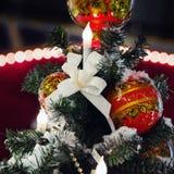 Khokhloma-Bälle auf einem Weihnachtsbaum in Russland Stockfotos