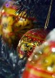 Khokhloma-Bälle auf einem Weihnachtsbaum in Russland Stockbilder