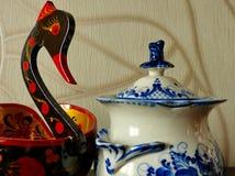 Khokhloma hink i form av en fågel- och sockerbunke Gzhel Saker i ryska traditionella Khokhloma och Gzhel utformar Arkivbilder