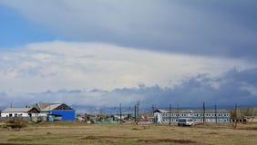 Kholmogorskoedorp onder grote wolken, Sharypovo-district, Krasnoyarsk-gebied, Rusland royalty-vrije stock foto