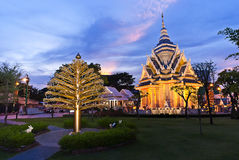 Khon Kaen与暮色天空,寺庙金黄Stupa Khonkaen地标,寺庙日落的市寺庙在Khon Kaen,泰国 免版税库存照片
