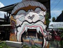 Khon-Maske gekennzeichnet auf einer Hausfassade stockbild