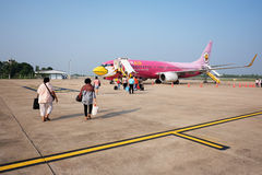 KHONKAEN,泰国2014年10月14日:HS-TXM空中客车Nok空中滑行对飞行的跑道到素万那普机场,曼谷 库存图片