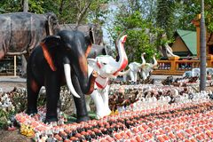 Khonkaen, Tailandia - 2 de abril de 2017: Estatua del elefante en el alcohol h imagen de archivo