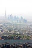Khor Dubai (Nebenfluss) mit Skylinen stockbilder