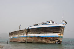 Khor Fakkan阿拉伯联合酋长国老木单桅三角帆船在岸洗涤了  图库摄影