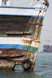 Khor Fakkan阿拉伯联合酋长国老木单桅三角帆船在Khor Fakkport前面的岸洗涤了  库存图片