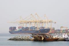 Khor Fakkan UAE stora lastfartyg som anslutas för att ladda och lasta av gods på Khor Fakkport Royaltyfri Bild