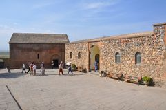 KHOR VIRAP,亚美尼亚- 2016年10月12日:从欧洲的游人在圣格雷戈里附近教堂反光板 免版税库存图片