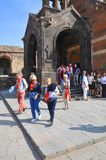 KHOR VIRAP,亚美尼亚- 2016年10月12日:欧洲游人离开圣洁的贞女的教会 库存图片