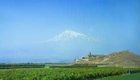 Khor Virap är en armenisk kloster som lokaliseras på den Ararat slätten i Armenien Ararat i dimman Royaltyfri Fotografi