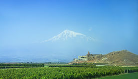 Khor Virap è un monastero armeno situato sulla pianura dell'Ararat in Armenia L'Ararat nella nebbia Fotografia Stock Libera da Diritti
