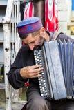 Khorog, le Tadjikistan, le 20 août 2018 : Un vieux musicien joue sur le bazar dans Khorog sur son accordéon images stock