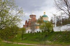 Khotkovo Moskvaregion, Ryssland, Maj 2017 Chotikov Pokrovskiy kloster i den molniga dagen h?rligt landskap royaltyfri bild