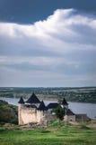 Khotyn-Festung auf einem Hintergrund des Himmelpanoramas Stockbilder