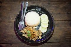 Khow MOO-kratiam umfassen Reisschweinefleischknoblauch lizenzfreie stockfotos