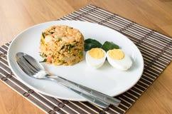 Khow Pat Tom Yum Koong - a agitação fritou o arroz picante com ervas foto de stock royalty free