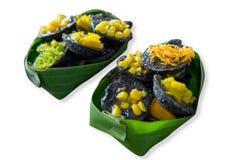 Khrok do khanom do carvão vegetal em uma folha da banana que cobre com gema do milho e do ouro fotografia de stock royalty free