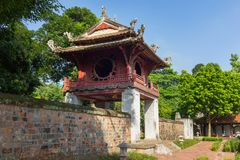 Khue Van Cac o Stelae de doctores en el templo de la literatura o de Van Mieu El templo recibe a la academia imperial, Vietnam pr Fotos de archivo