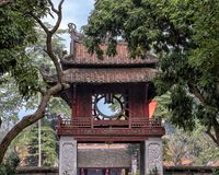 Khue Van Pavilion, från den tredje borggården, tempel av litteratur, Hanoi, Vietnam arkivbild