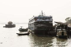 Khulnâ, Bangladesh, le 1er mars 2017 : Ferry-boat transportant des passagers arrêté à un pilier Photo stock