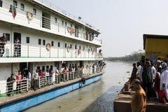 Khulnâ, Bangladesh, le 1er mars 2017 : Ferry-boat transportant des passagers typique sur une rive photographie stock libre de droits