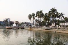 Khulnâ, Bangladesh, le 28 février 2017 : Centre de la ville avec le parc photo libre de droits