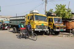 Khulnâ, Bangladesh, le 28 février 2017 : Commandes de conducteur de Trishaw à Khulnâ Photos stock
