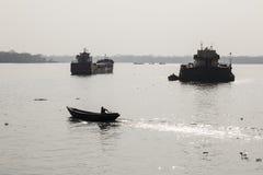 Khulna, Μπανγκλαντές, την 1η Μαρτίου 2017: Αναδρομικά φωτισμένος πυροβολισμός των σκαφών σε έναν ποταμό Στοκ Φωτογραφία