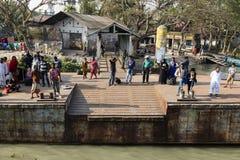 Khulna, Μπανγκλαντές, την 1η Μαρτίου 2017: Οι επιβάτες περιμένουν σε ένα μικρό τερματικό Στοκ φωτογραφία με δικαίωμα ελεύθερης χρήσης