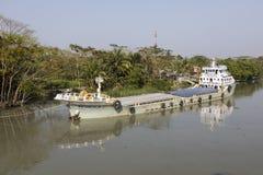 Khulna, Μπανγκλαντές, την 1η Μαρτίου 2017: Το φορτηγό πλοίο έχει δέσει μια όχθη ποταμού Στοκ φωτογραφία με δικαίωμα ελεύθερης χρήσης