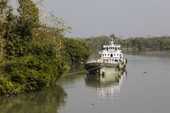 Khulna, Μπανγκλαντές, την 1η Μαρτίου 2017: Το φορτηγό πλοίο έχει δέσει μια όχθη ποταμού Στοκ Εικόνες
