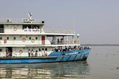Khulna, Μπανγκλαντές, την 1η Μαρτίου 2017: Χαρακτηριστικό πορθμείο επιβατών σε έναν ποταμό Στοκ εικόνα με δικαίωμα ελεύθερης χρήσης