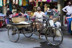 Khulna, Bangladesch, am 28. Februar 2017: Trishaw-Reiter, der stolz in den Straßen aufwirft Stockfotografie