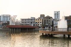 Khulna, Bangladesh, el 28 de febrero de 2017: Centro de ciudad con el parque fotos de archivo