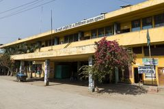 Khulna, Bangladesh, el 28 de febrero de 2017: Edificio pintado amarillo de la estación imagen de archivo