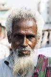 Khulna, Bangladesh, el 28 de febrero de 2017: Retrato de un viejo musulmán en las calles de Khulna fotos de archivo