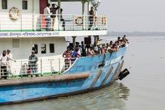 Khulna, Bangladesh, el 1 de marzo de 2017: Transbordador de pasajero típico en un río cerca de Khulna fotos de archivo