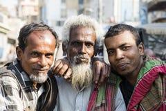 Khulna, Bangladesh, 28 Februari 2017: Portret van een oude Moslim met twee jongere mensen Stock Foto