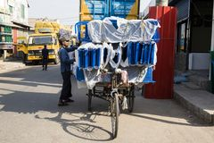 Khulna, Bangladesh, il 28 febbraio 2017: L'autista di Trishaw carica il suo veicolo con le merci Immagini Stock